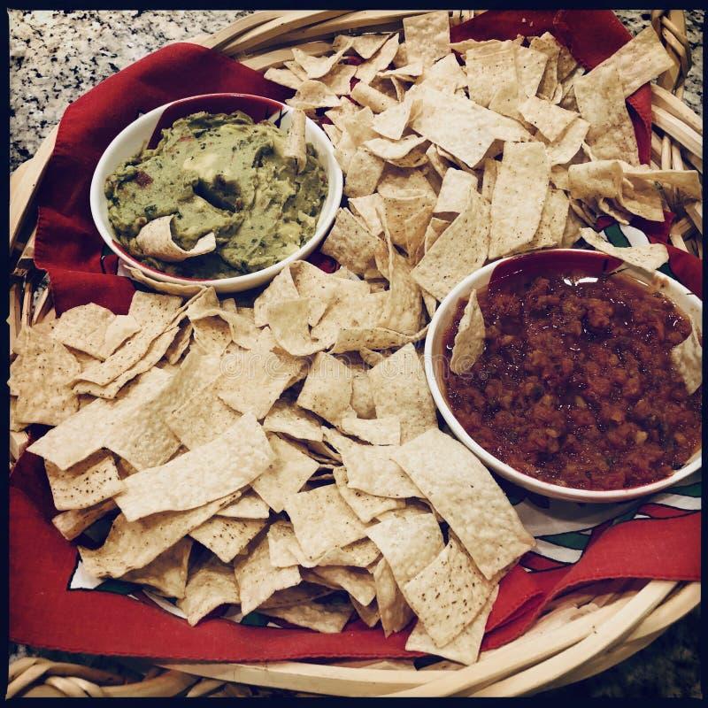 Chipsy z guacamole i salsa obrazy stock