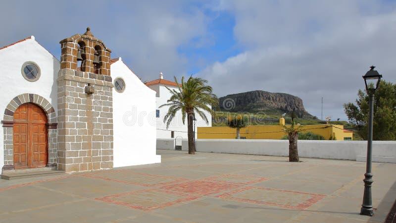CHIPUDE,戈梅拉岛,西班牙:Chipude la与福特莱萨山的Iglesia de la Virgen de la坎德拉里亚角教会在backgro 免版税库存图片