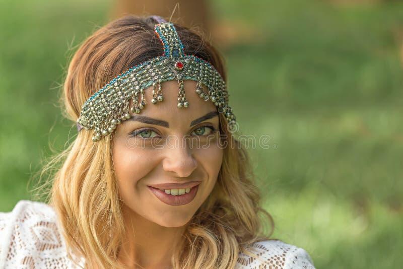 Chique de Boho Headpiece vestindo do vintage da mulher bonita foto de stock royalty free