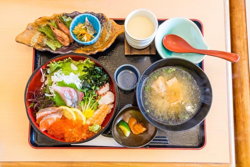 Chirashi午餐设置了-混合在米的生鱼片 免版税库存照片