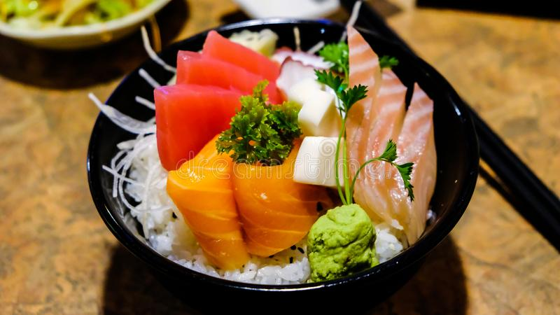 Chirashi -五颜六色和刷新的日本烹调生鱼片生鱼片上面在碗的米 库存照片