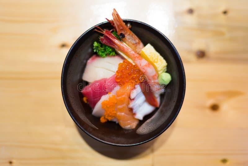 Chirashi-Sushi, japanische Lebensmittelreisschale mit rohem Lachssashimi, Thunfisch und andere Mischmeeresfrüchte, Draufsicht, ze stockfotos