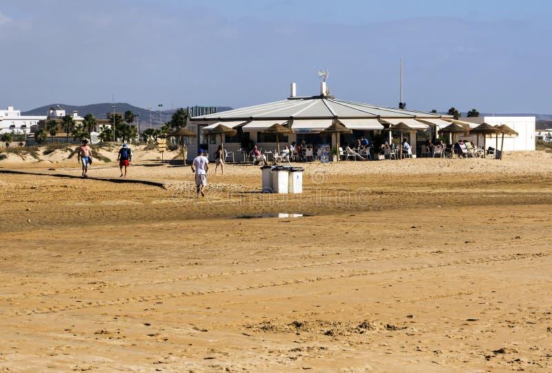 Chiringuito op het strand van Cadiz stock foto