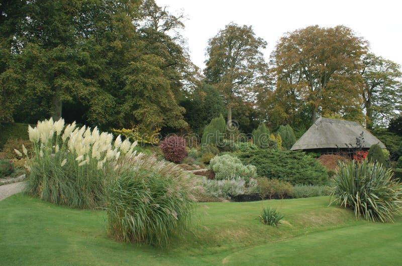 Chirk el jardín del castillo en otoño imagen de archivo