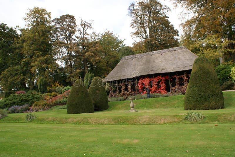 Chirk el jardín del castillo en otoño imagenes de archivo