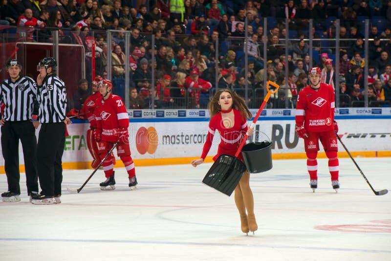 Chirliderka dziewczyny na hokeja dopasowaniu obrazy stock