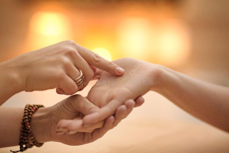 Chiromanty czytanie wykłada na kobiety palmie przy stołem zdjęcia royalty free