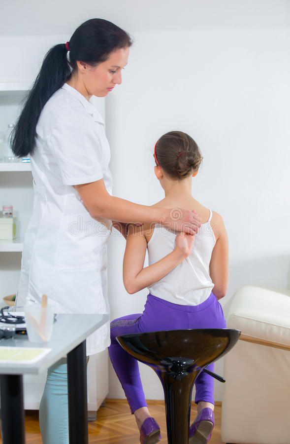 Chiropractor che fa registrazione sul paziente femminile fotografie stock