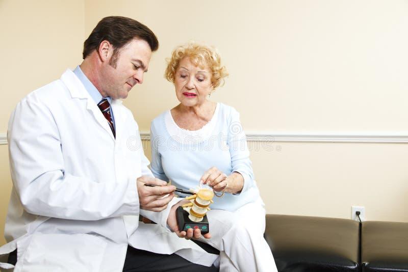 Chiropractor e mulher sênior fotografia de stock