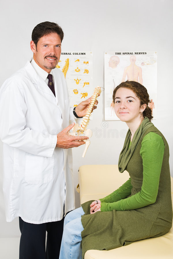 Chiropractor e paciente felizes imagem de stock royalty free