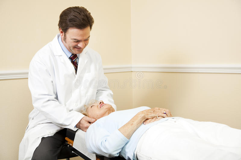 Chiropractor que ajusta a garganta imagem de stock royalty free