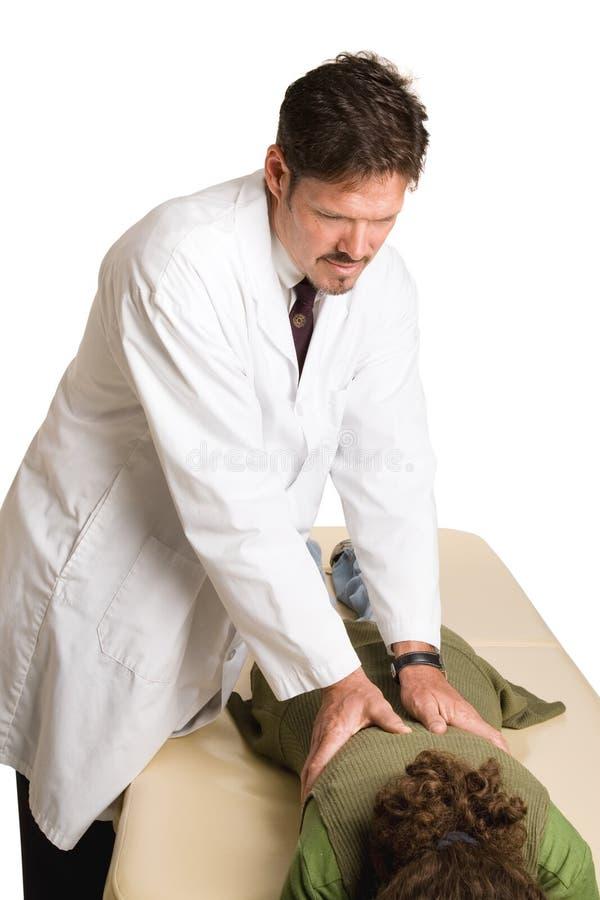 Chiropractor que faz a manipulação espinal foto de stock