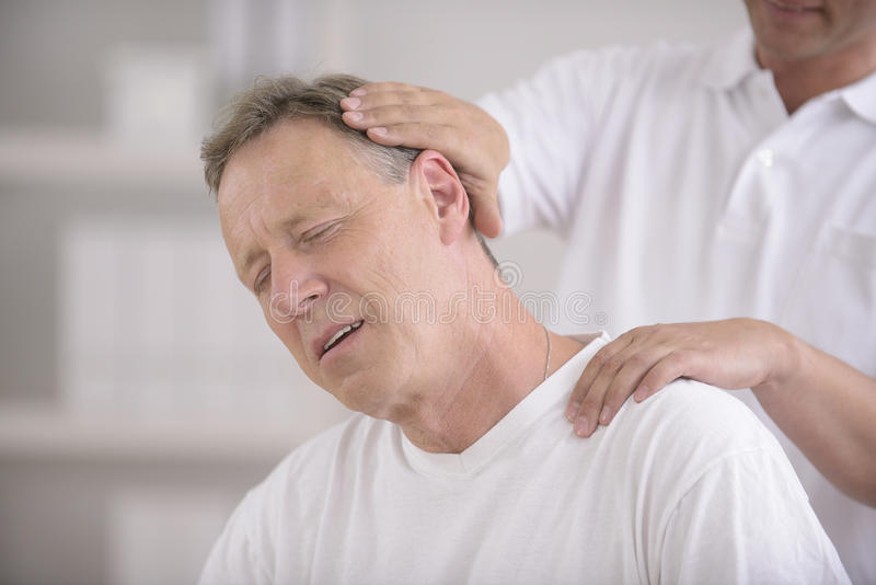 Chiropractor que faz o ajuste da garganta imagens de stock royalty free