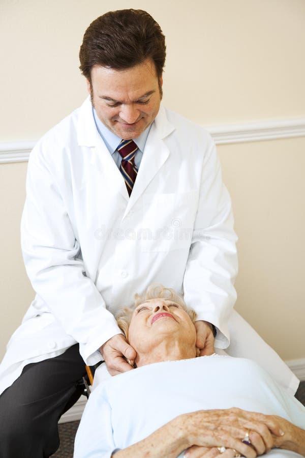 Chiropractor que trata a dor de garganta foto de stock royalty free