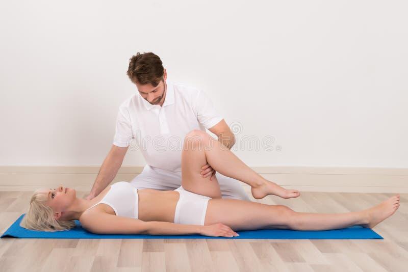 Chiroprakteur masculin faisant la physio- thérapie photographie stock
