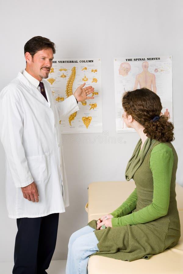 Chiropraktik-Büro-Besuch lizenzfreie stockfotos