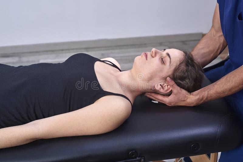 Chiropraktik, die Mobilisierung zervikalen Dorn einer Frau erhält Manuelle Therapie Neurologische körperliche Untersuchung Osteop stockfoto