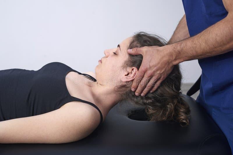 Chiropraktik, die Mobilisierung zervikalen Dorn einer Frau erhält Manuelle Therapie Neurologische körperliche Untersuchung Osteop stockbild