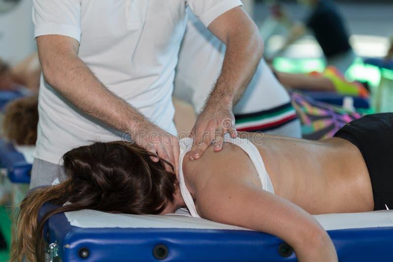 Chiropraktik-Manipulations-Technik auf Schulter ` s Mädchen nach Sport-Tätigkeit stockfotografie