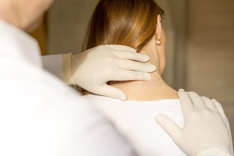 Chiropraktor, der Anpassungsfrauenhals tut stockbilder