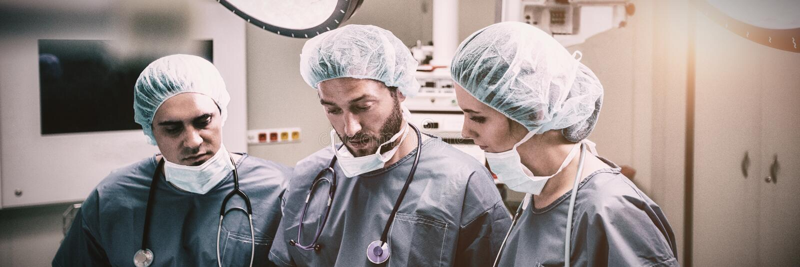 Chirurdzy dyskutuje nad cyfrowej pastylki funkcjonującym pokojem zdjęcia royalty free