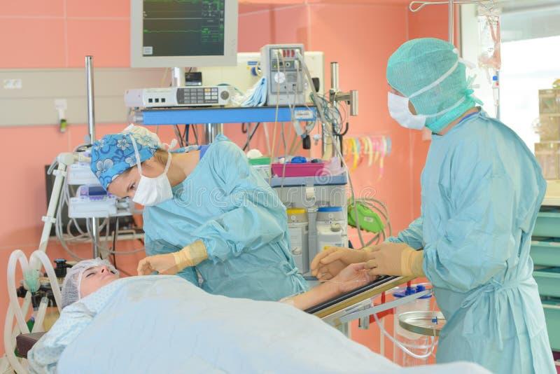 Chirurdzy działa w szpitalu obrazy stock
