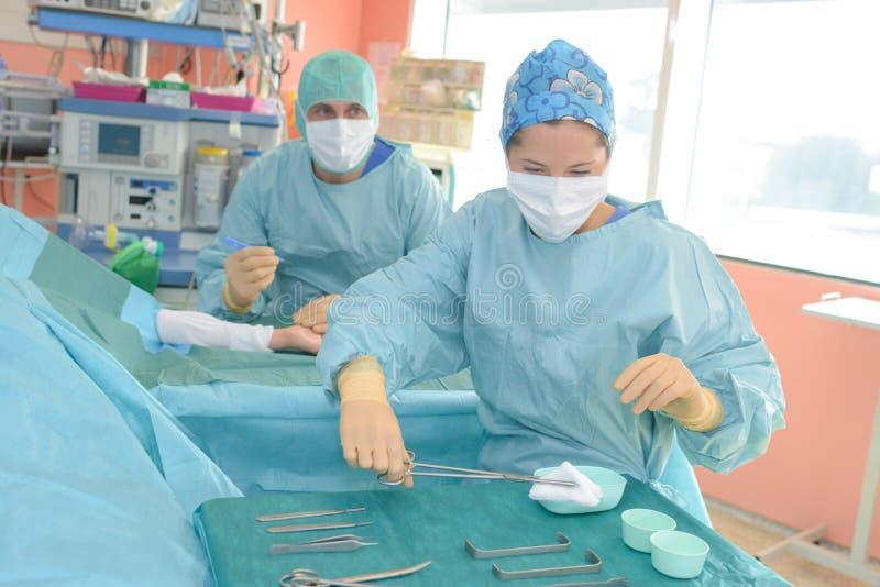 Chirurdzy działa w szpitalu zdjęcie royalty free