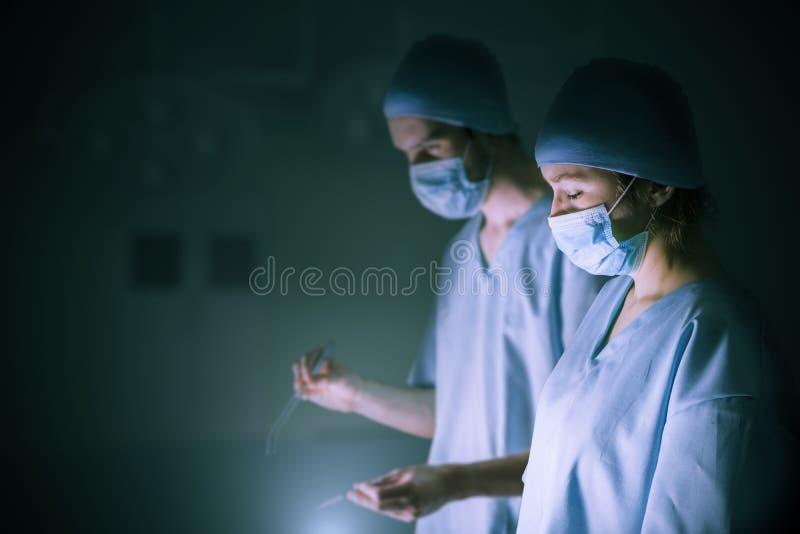Chirurdzy działają pacjenta w szpitalu zdjęcie royalty free
