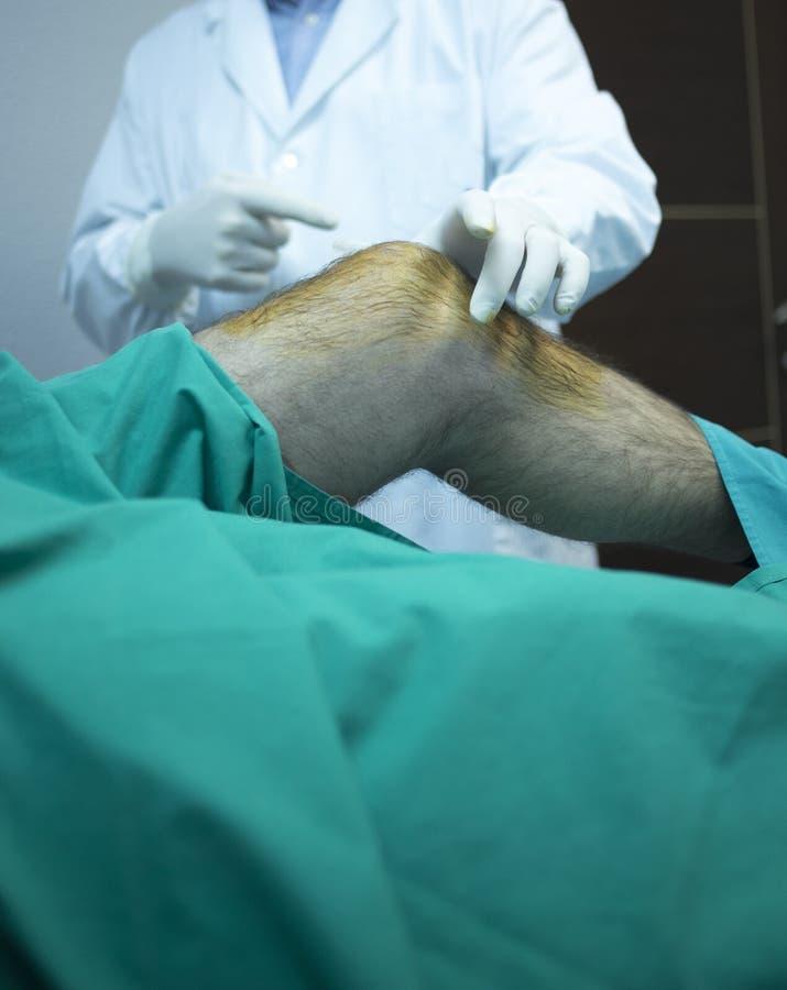 Chirurg arts die patiënt in het ziekenhuiskliniek inspuiten royalty-vrije stock afbeelding