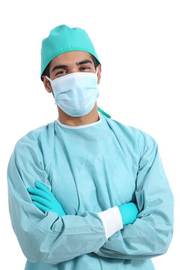 Chirurg arts stellen die zich met gevouwen wapens bevinden royalty-vrije stock fotografie