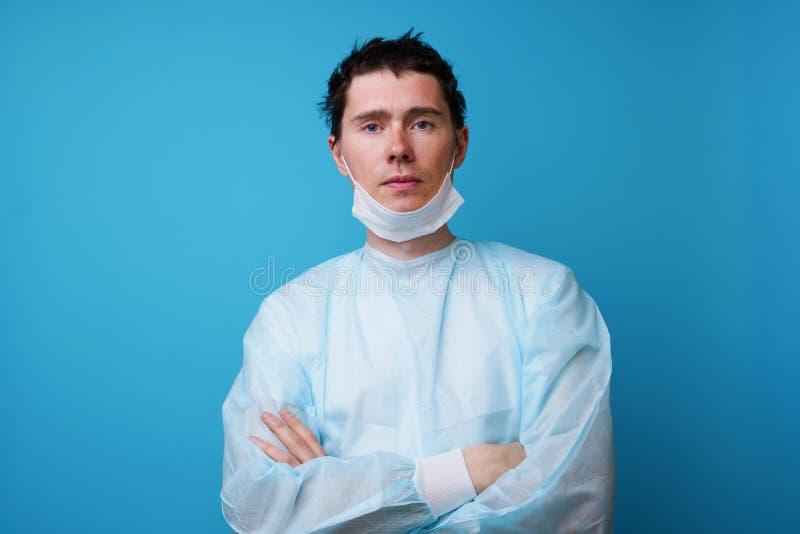 Chirurg in der sterilen blauen Uniform stockbilder
