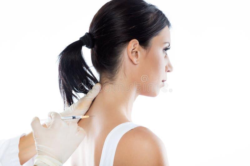 Chirurg die injectie maken in vrouwelijk lichaam Neuraal therapieconcept royalty-vrije stock fotografie