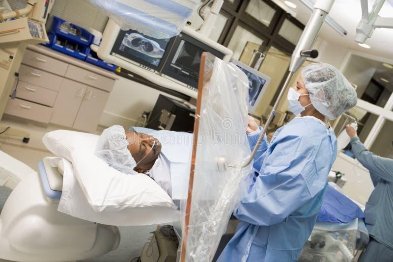 Chirurg die op Patiënt werkt royalty-vrije stock afbeeldingen