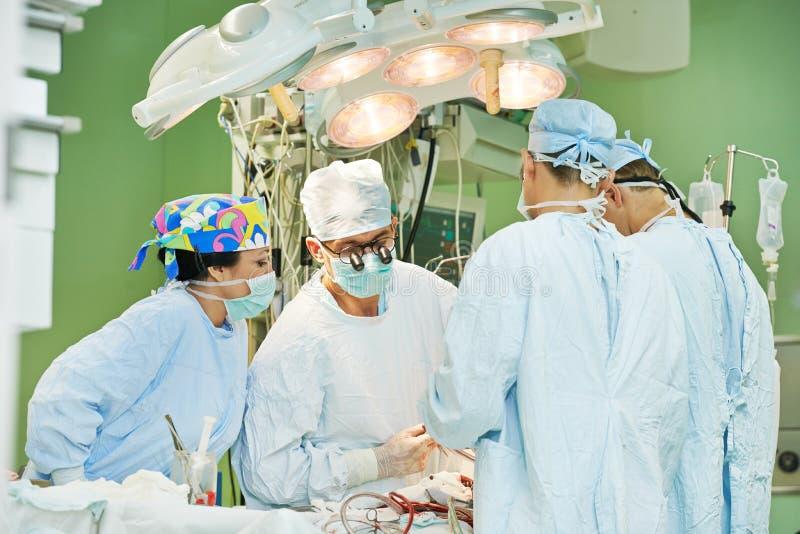 Chirurg drużyna przy operacją fotografia royalty free