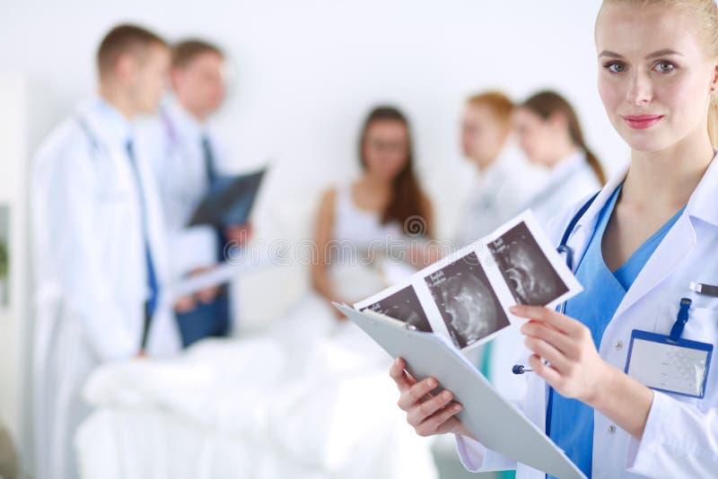 Chirurg en arts die röntgenstraal samen in medisch bureau analyseren Chirurg en arts royalty-vrije stock afbeelding