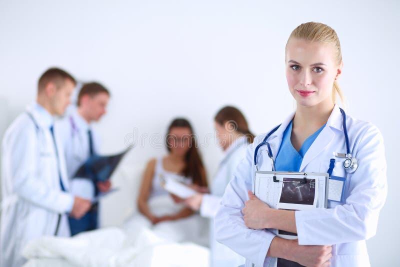Chirurg en arts die röntgenstraal samen in medisch bureau analyseren Chirurg en arts stock foto's