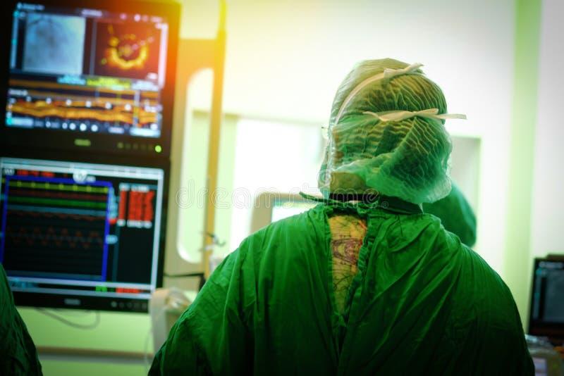 Chirurg lekarka z wieńcowym monitorem obrazy royalty free