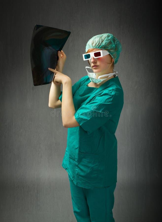 Chirurg mit Gläsern 3d und Strahl an Hand stockfotografie