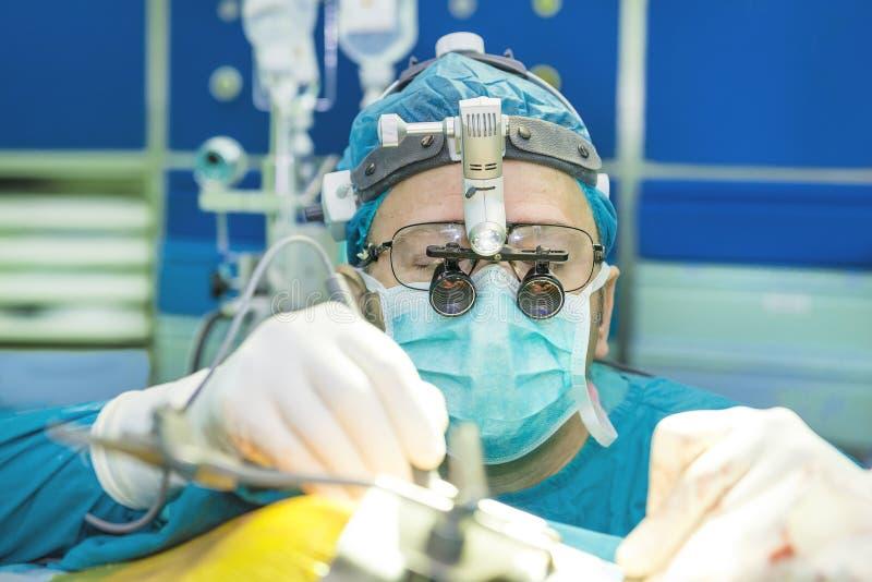 Chirurg mit Schleifen der linearen Wiedergabe lizenzfreies stockbild