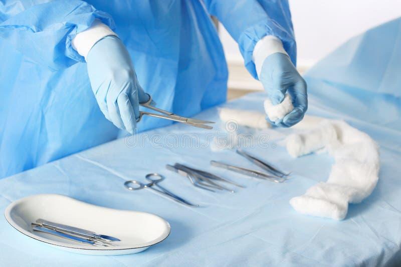 Chirurg mit Werkzeugen stockbild