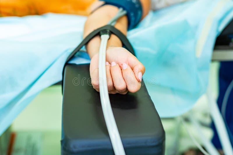 Chirurg, operacja stół, doktorscy s narzędzia, medyczni instrumenty, terapeuta tonometer, ciśnienie krwi, praca w szpitalu obraz royalty free