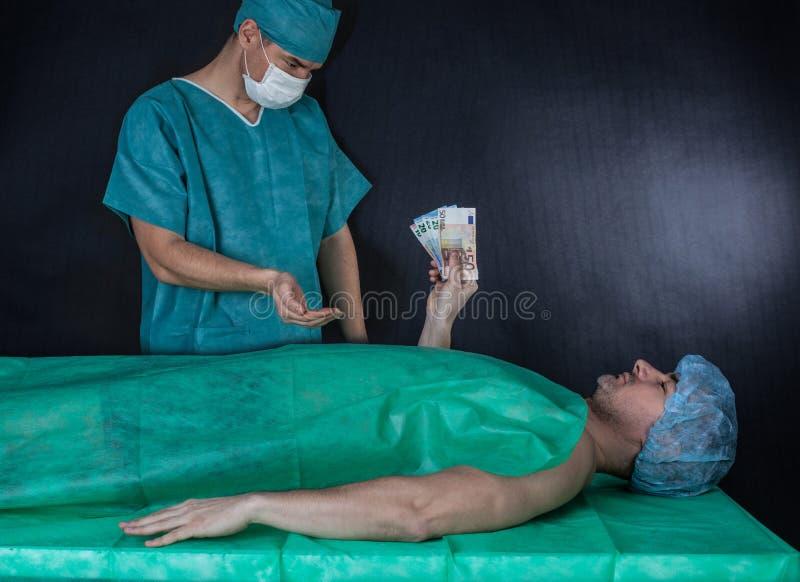 Chirurg otrzymywa pieniądze od pacjenta obrazy royalty free