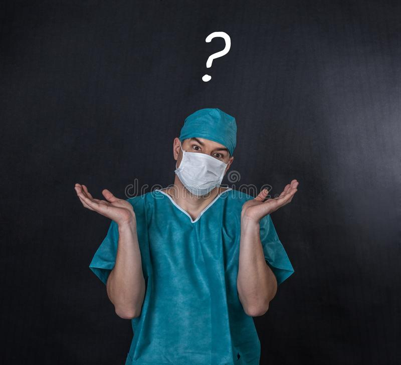 Chirurg w pętaczkach z przywdziewam ` t znam gest fotografia royalty free