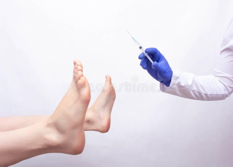 Chirurga plastycznego doktorski mienie strzykawka na białym tle blisko pacjenta terenu intymnego pojęcia intymna chirurgia plasty obraz stock