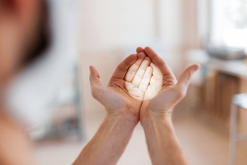 Chirurgdoktor mit optischen Gläsern mit dem Licht, das für Chirurgie sich vorbereitet Moderne Medizin lizenzfreie stockfotos