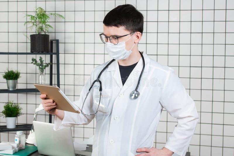 Chirurgdoktor mit Tablet-Computer im Krankenhausbüro Medizinischer Gesundheitswesenpersonal- und -doktorservice stockbild