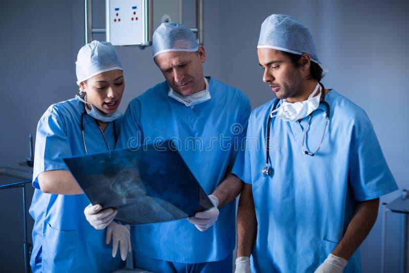 Chirurgen, die über Röntgenstrahl sich besprechen stockfoto