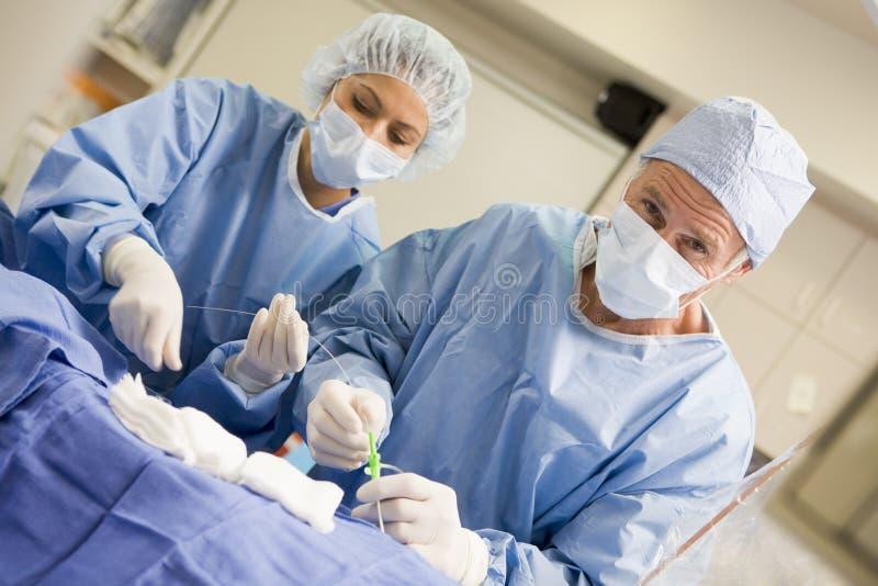 Chirurgen, die Ausrüstung für Chirurgie vorbereiten lizenzfreie stockfotos