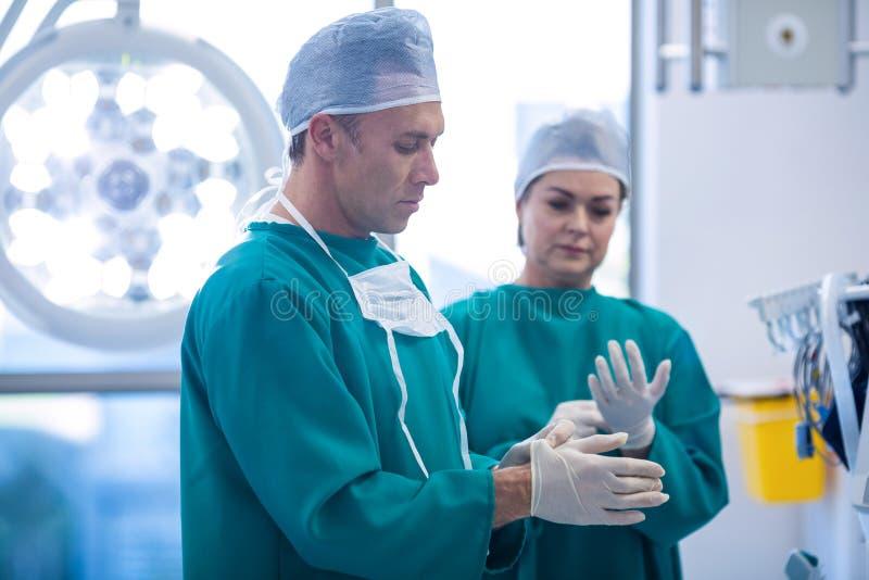Chirurgen die voor verrichting in verrichtingsruimte voorbereidingen treffen stock foto