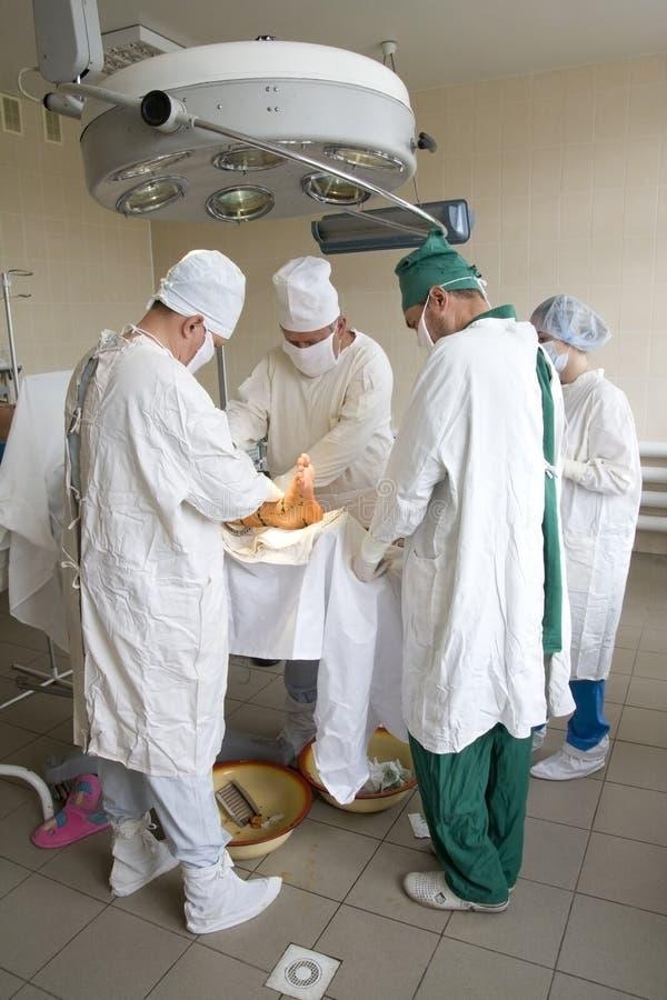 Chirurgen team bei der Arbeit stockfotografie